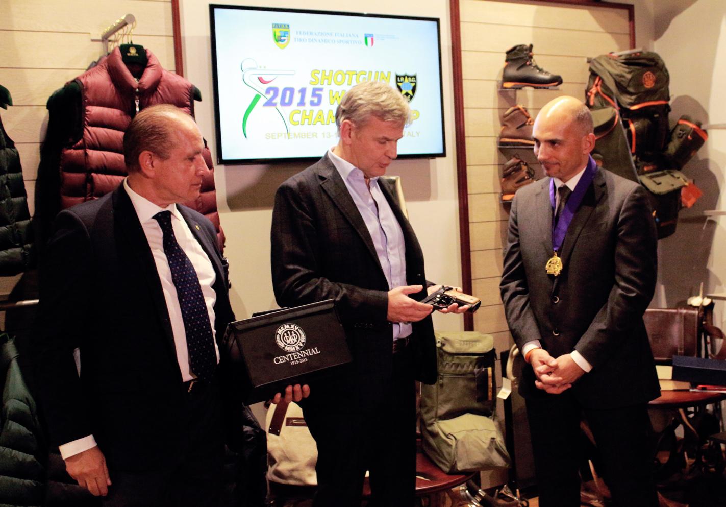 Gavino MURA Presidente FITDS Franco GUSSALLI BERETTA il Campione del Mondo Roberto VEZZOLI